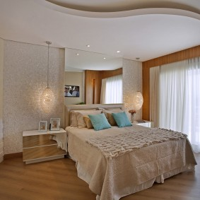 Зонирование спальни двухуровневым потолком
