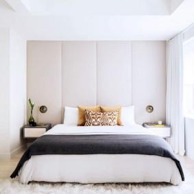 Яркое естественное освещение в спальной комнате