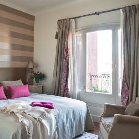 Уютная спальня с креслом у окна