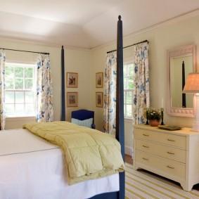 Комод цвета слоновой кости в женской спальне