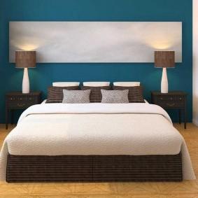Дизайн спальни с синей стеной