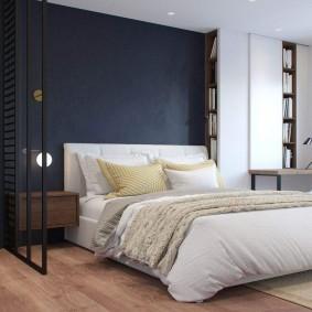 Белая кровать у стены темно-синего цвета