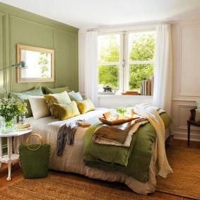 Зеленые акценты в спальне загородного дома