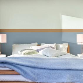 Двухцветная окраска стен в маленькой спальне