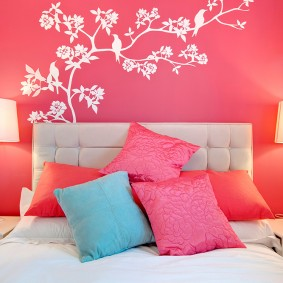 Белый орнамент на розовой стене