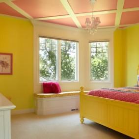 Светло-желтые стены в спальне частного дома