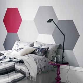 Декорирование краской стены над кроватью