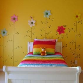 Рисунки цветов на желтой стене