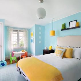 Голубые стены в детской комнате