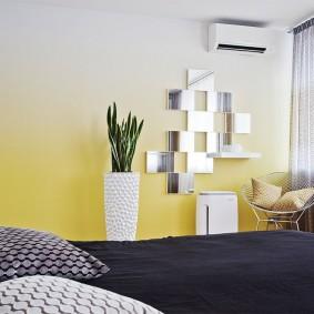 Переход цвета на стене спальни