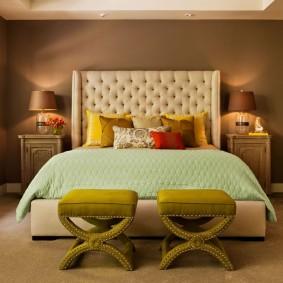Коричневая стена в спальне небольшого размера