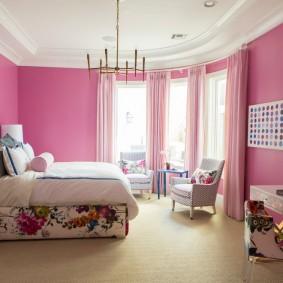 Розовая окраска стен в спальне девочки