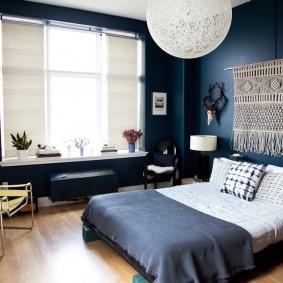 Макраме в интерьере спальни с синими стенами