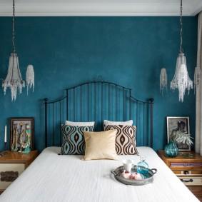 Металлическая спинка кровати в спальне