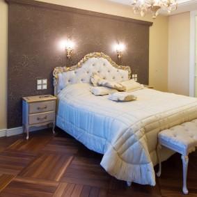 Роскошная кровать в спальне с паркетным полом