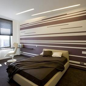 Полосатая окраска акцентной стены
