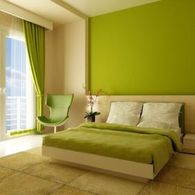 Светло-зеленые стены в просторной спальне
