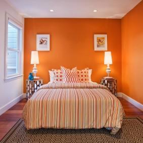 Контрастный интерьер спальни с крашенными стенами