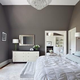 Серая спальня в мансарде частного дома