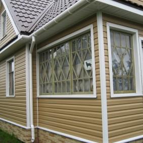 Облицовка оцинкованными панелями стен дачного домика