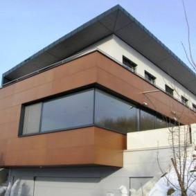 Коричневые панели из металла на фасаде частного дома