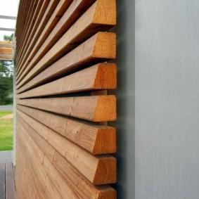 Деревянные рейки на фасаде деревенского дома