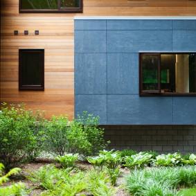 Отделка балкона серыми панелями в загородном доме