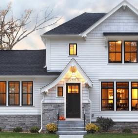 Красивый частный дом с ПВХ-панелями на фасаде