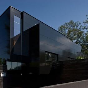 Экстерьер частного дома с фасадом из стекла