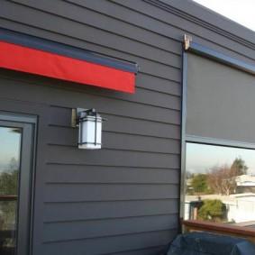 Серый фасад из стальных панелей с полимерным покрытием