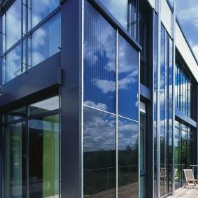 Стеклянный фасад с прозрачными поверхностями
