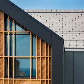 Декор рейками фасада дома с двускатной крышей