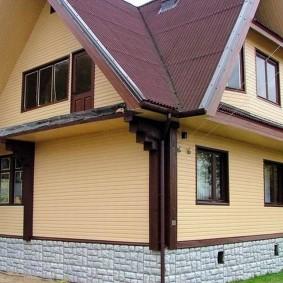 Обшивка ПВХ-панелями фасада дома с мансардой