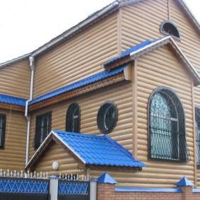 Синяя металлочерепица на крыше частного дома