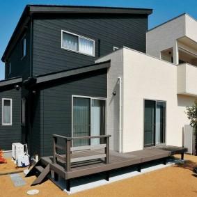 Черно-белая отделка внешних стен загородного дома