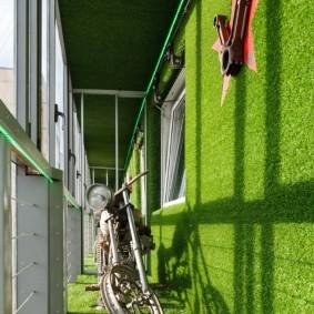 Искусственная трава в интерьере балкона