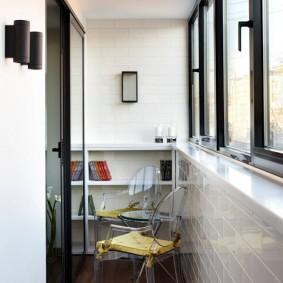 Отделка узкого балкона в светлых тонах