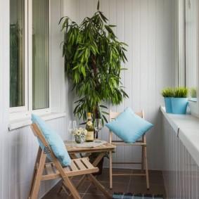 Голубые подушки на складных стульях