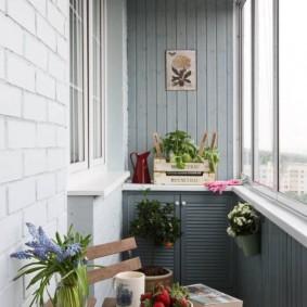 Крашенная вагонка на стене балкона