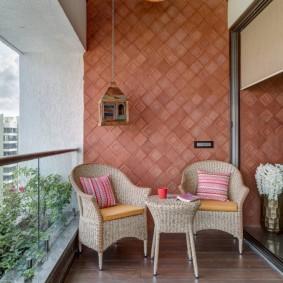 Стеклянные перила на открытом балконе