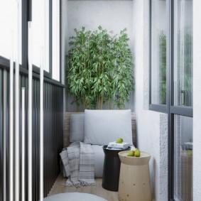 Уютное место для отдыха на теплом балконе