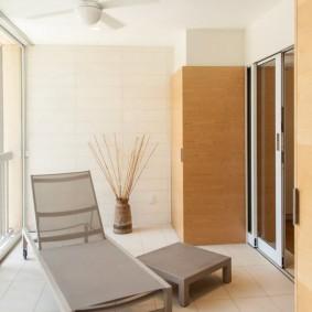 Вентилятор на белом потолке балкона