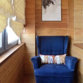 Синее кресло на балконе современной квартиры