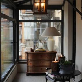 Ретро мебель на лоджии с большими окнами