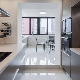Кухня с балконом в стиле минимализма