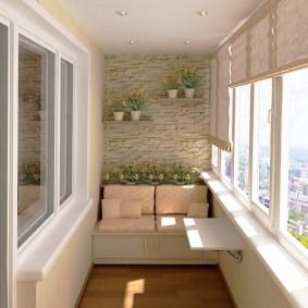 Откидной столик на стене балкона