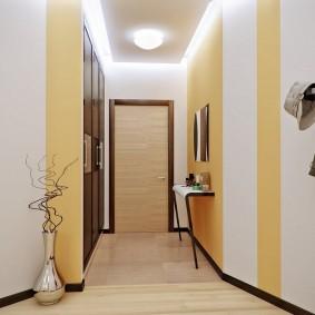 Полосатая отделка стен в узкой прихожей