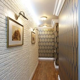 Узкий коридор с обоями под белый кирпич