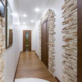 Декоративный камень на стене в коридоре