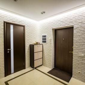 Подсветка потолка в квадратной прихожей